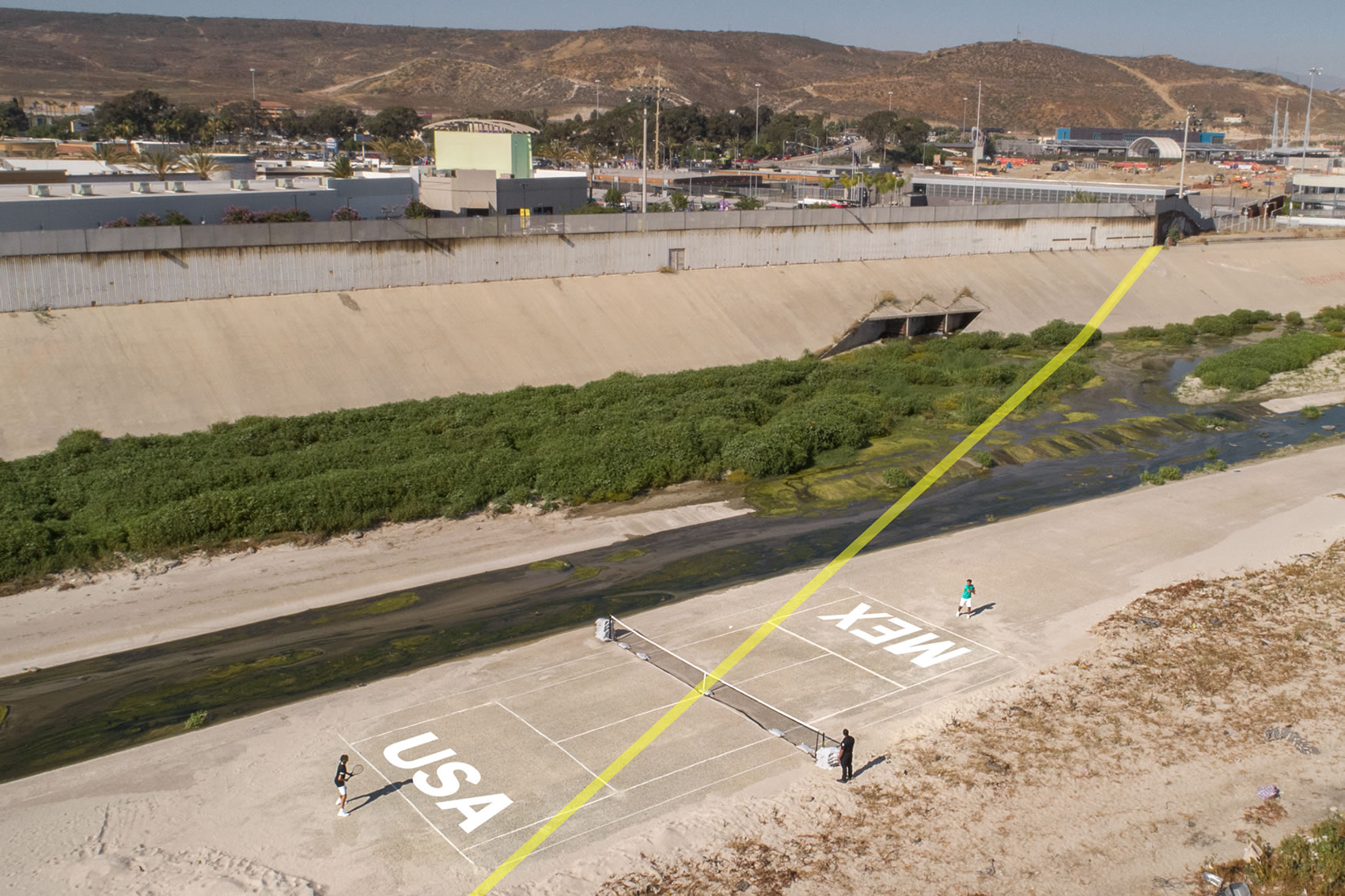 Björn Borg plays a game of tennis across the U.S. and Mexico border image credit Klaus Thymann